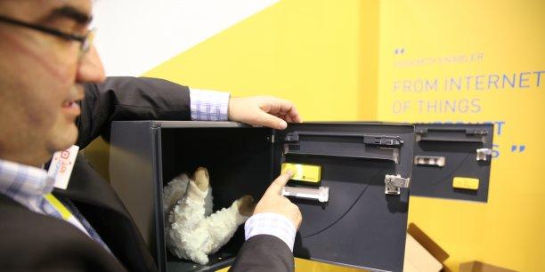 Dans le domaine des nouveaux usages à destination des particuliers, La Poste innove avec le bouton connecté Domino, qui sera expérimenté sur une zone pilote au premier semestre. Complémentaire de Colissimo, ce service permet aux particuliers de déposer n'importe quel objet dans leur boîte aux lettres pourvue d'un Domino. Le facteur récupère l'objet, l'emballe et l'expédie.