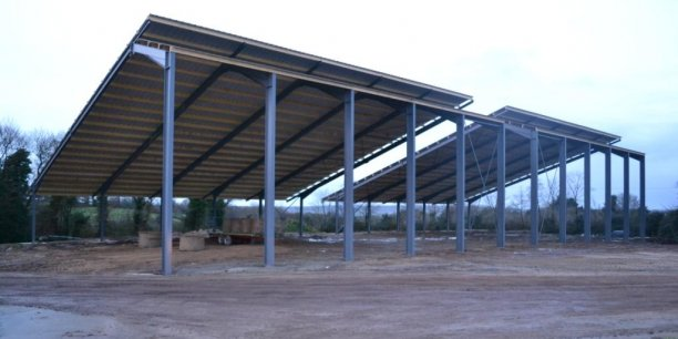 En apparence, ces bâtiments agricoles sont classiques... mais leur toiture photovoltaïque permet à leurs utilisateurs d'éviter de très lourds investissements