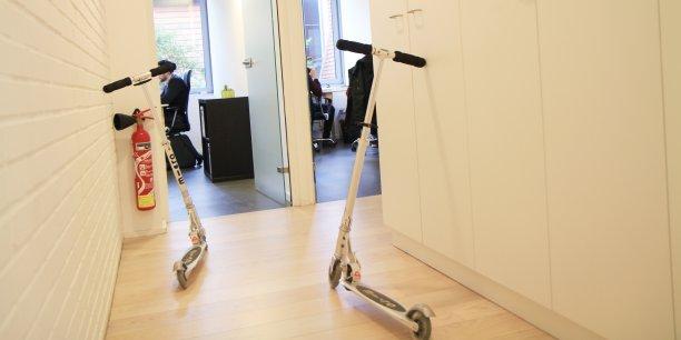 Pour arpenter les 1.000 m² de bureaux où sont hébergés vingt startups, on se déplace à trottinette.