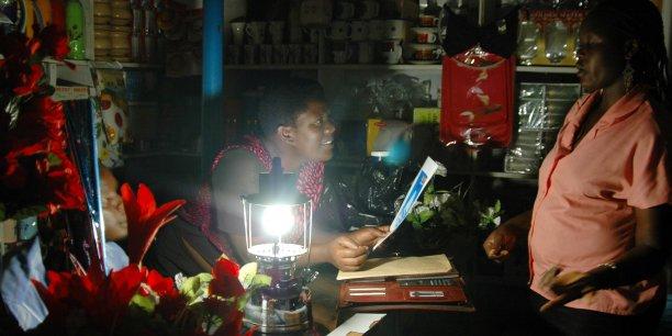 En Afrique, notamment, la question de l'accès à l'énergie est cruciale. (photo: panne électrique en juin 2006 à Kampala, Ouganda) Govinda Upadhyay et Arno Zimmerman sont aussi issus de deux incubateurs, l'un, spécialisé dans l'énergie durable, l'autre, focalisé sur la réduction des émissions de gaz à effet de serre.
