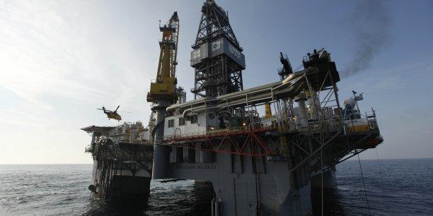 Depuis l'été 2014, le prix du baril a dégringolé de 70% sur fond d'offre trop abondante face à une faible demande.