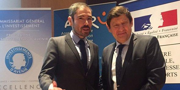 Olivier Amiel, le maire adjoint de Perpignan délégué à la politique du logement, aux côtés du ministre de la Ville, Patrick Kanner, lors de la présentation des lauréats, le 25 janvier à Paris.