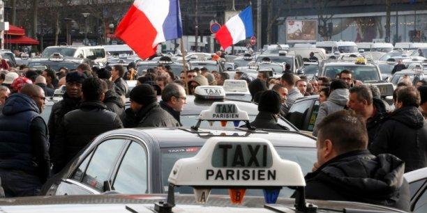 Selon la préfecture de police, 1.200 taxis ont rejoint différents sites, notamment Orly où quelques dizaines de manifestants ont organisé un filtrage sur l'A106 en installant des plots sur la chaussée, ne laissant passer que les taxis en grève, dans une ambiance surchauffée.