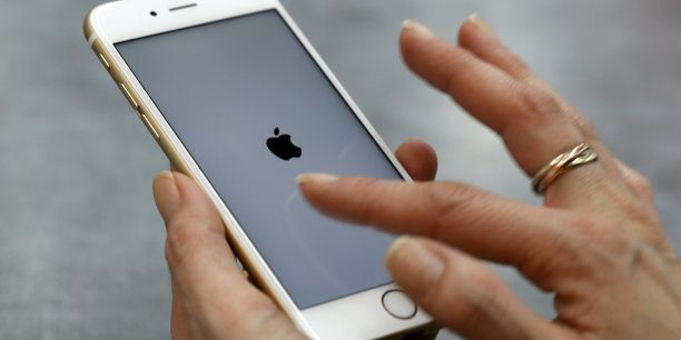 Sur l'ensemble de l'année, les ventes d'iPhone continuent à augmenter, à 225,85 millions d'unités vendues contre 191,42 millions en 2014. Les ventes de Samsung, son principal concurrent, passent de 307,6 millions à 320,22 millions entre 2014 et 2015.