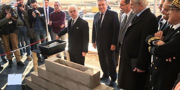 Le ministre de l'Intérieur, B. Cazeneuve, avec le maire de Nîmes, J-P. Fournier, à ses côtés