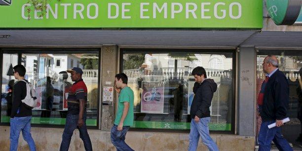 Dans la zone euro, le taux de chômage s'établit à 10,4% en décembre, en baisse pour le troisième mois consécutif, tandis qu'il stagne à 9% dans l'ensemble de l'Union.