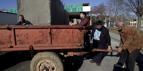 Les barrages de tracteurs se sont multipliés sur les routes grecques et les agriculteurs ont également bloqué plusieurs points de passage aux frontières bulgare et turque.
