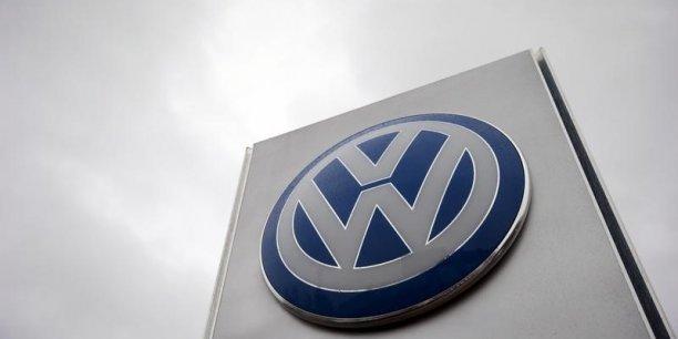 Volkswagen prévoit de supprimer 3.000 postes au sein de ses services administratifs en Allemagne, soit 10% des effectifs, mais sans licencier. Suite au scandale, le groupe avait également annoncé réduire d'un milliard d'euros par an ses investissements.