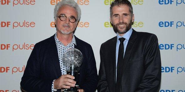 Lauréat du 1er prix EDF Pulse organisé en région, en janvier, Jean-Michel Cambot (TellMePlus, à gauche) a reçu son trophée des mains de Stéphane Marcel (Créalia)