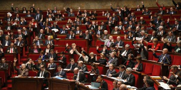 Sans majorité absolue à l'Assemblée nationale, Emmanuel Macron n'aura pas les mains libres et devra s'appuyer sur des majorités de circonstances. Il s'emploie donc à affaiblir ses adversaires politiques...