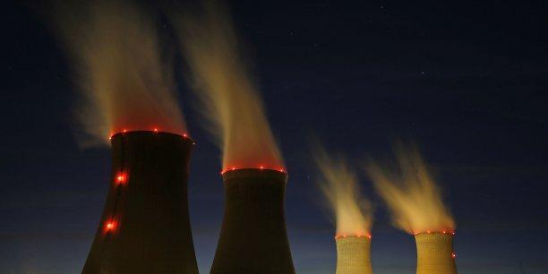 les estimations de la Cour ne tiennent pas compte des effets des fermetures potentielles des réacteurs sur le coût de l'énergie et donc sur l'emploi et la croissance, ni des éventuelles compensations que EDF pourrait obtenir de l'État et dont le montant ne peut être encore évalué. (Photo: vue nocturne des tours de refroidissement de la centrale nucléaire de Dampierre)