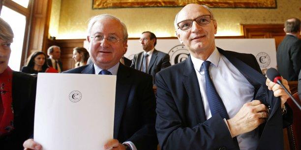 Dans l'affaire des emprunts toxiques, l'Etat français a préféré limiter ses pertes à court terme, quitte à prendre des risques à plus long terme. (Photo: ce mercredi 10 février 2016, Didier Migaud (dr.) et Antoine Durrleman viennent de clore leur conférence de presse pour la présentation du rapport 2016)