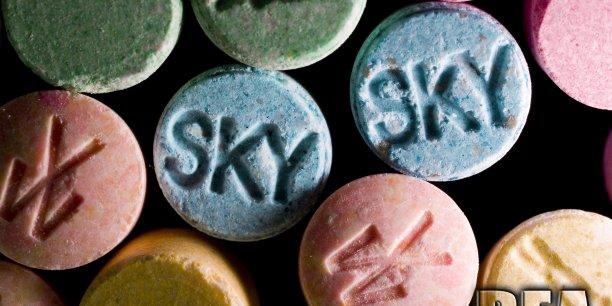 Les ventes « secrètes » en ligne se déroulent surtout sur des sites qui ne sont pas accessibles via des navigateurs ordinaires et de nombreux outils permettent de dissimuler les identités des utilisateurs et l'emplacement physique des serveurs. (Photo: comprimés d'amphétamine MDMA (ecstasy), une drogue dite récréative mais aux effets incontrôlables)
