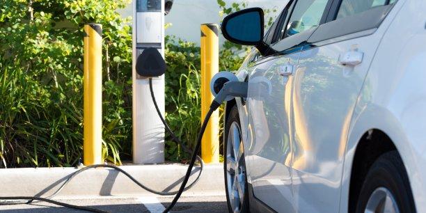 Les ventes en France ne cessent de progresser et tous les pays d'Europe sont en train d'opérer la bascule. Certains pays ont déjà pris de l'avance comme la Norvège où un tiers des immatriculations sont des voitures 100% électriques. Au Japon, il y a désormais plus de bornes de recharge que de stations-service. En Californie, berceau de la marque Tesla, il n'y a rien de plus cool que de rouler en voiture électrique.