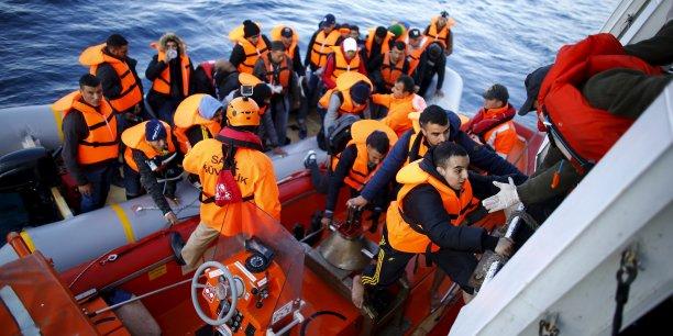Après l'échec de leur traversée jusqu'à l'île grecque de Lesbos, des réfugiés rescapés sont récupérés par un vaisseau garde-côte turc, le 9 novembre 2015.