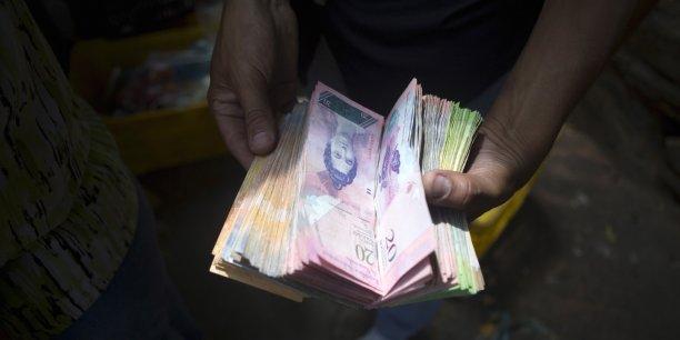 Une liasse de billets de bolívars utilisés par un client sur un marché de Caracas.