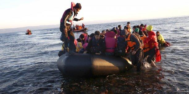 Au total, plus d'un million de migrants ont traversé la Méditerranée en 2015. Sur la photo, des migrants arrivent sur une plage de Lesbos (Grèce) le 22 février 2016.