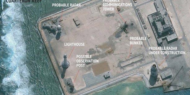 Cette image satellite (publiée  le 23 février 2016 par l'Asian Maritime Transparency Initiative au Center for Strategic and International Studies de Washington) montre la construction d'éventuelles installations de tour radar dans les îles Spratleys en  mer de Chine méridionale, zone géostratégiques très disputée entre grandes puissances.