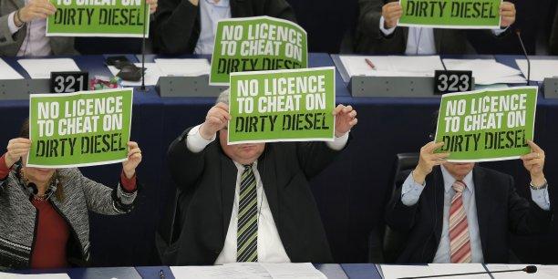 Le 3 février 2016, les eurodéputés Verts protestent en séance contre le Parlement européen qui a entériné un assouplissement des tests sur les moteurs diesel.