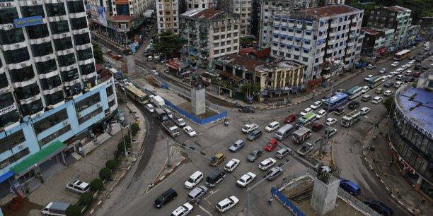 Un des principaux carrefours de Rangoun. Le gouvernement compte sur les banques étrangères pour favoriser le développement du pays.