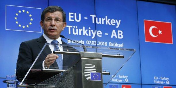 Ce nouveau sommet entre les dirigeants des 28 et la Turquie, achevé dans la nuit de lundi à mardi 8 mars après des discussions laborieuses, a abouti sur la promesse d'ultimes tractations, avec en point de mire un prochain sommet prévu les 17 et 18 mars à Bruxelles. (Photo: Ahmet Davutoglu, Premier ministre turc, en pleine allocution lors de son discours à la fin du sommet UE-Turquie, à Bruxelles, ce mardi 8 mars.)