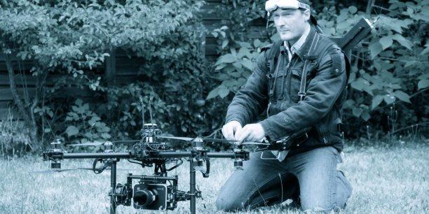 Doté d'un équipement qui lui permet d'être à la fois le pilote et l'oeil du drone caméra, Pascal Anquetil réalise des images et des effets de cinématiques impressionnants qui ont été récompensés d'un prix aux NYCDFF.