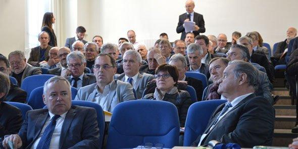 Le président d'Alès Agglomération, Max Roustan (LR), au premier rang à droite a émis des réserves sur l'intégration immédiate de trois communautés de communes à son intercommunalité