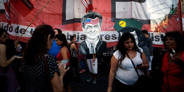 Pour payer les fonds, le président Mauricio Macri envisage de lever des fonds sur les marchés de capitaux. (Photo: le 15 mars, manifestation devant le parlement à Buenos Aires contre l'accord négocié par le président Mauricio Macri, ici caricaturé)