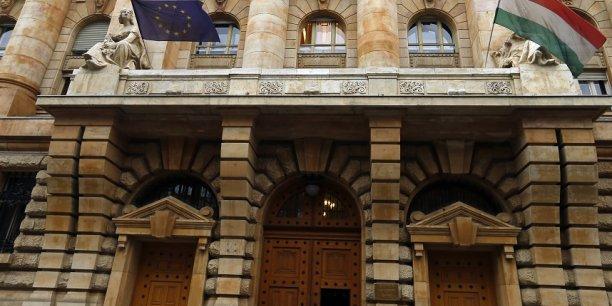 La banque centrale hongroise entre dans le club de celles qui imposent des taux négatifs.