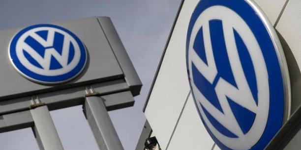 Pendant des années, les publicités de Volkswagen vantaient les voitures 'diesel propre' de l'entreprise alors qu'il apparaît désormais que Volkswagen a truqué les véhicules à l'aide d'appareils destinés à tromper les tests d'émissions, a expliqué Edith Ramirez, présidente de la FTC.