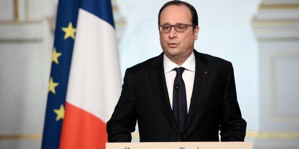Je ne dévierai pas des engagements que j'ai pris pour assurer la sécurité de notre pays et pour protéger les Français contre le terrorisme, a promis François Hollande.