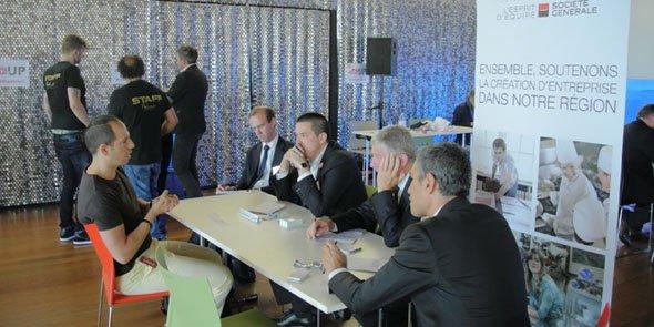 Un startupper en train de pitcher face aux représentants de la Société Générale, dont le directeur régional Richard Maitre, lors de l'édition 2015
