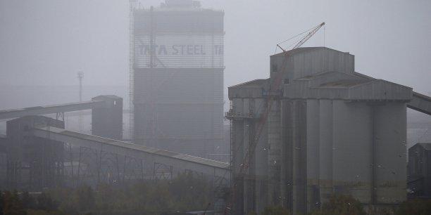George Osborne, ministre britannique des Finances, est critiqué par une partie de l'opposition pour avoir retiré du Budget une exonération d'impôt qui aurait donné un peu d'air aux industries sidérurgiques et à d'autres industries lourdes.