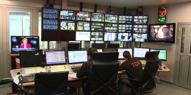 Un poste de pilotage de l'opérateur TDF qui effectuera, dans la nuit du 4 au 5 avril, le changement de normes.