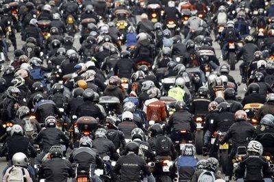 Des milliers de motards se sont rassemblés dimanche à Vincennes, avant de défiler dans Paris pour protester contre le contrôle technique obligatoire des deux-roues à la revente, prévu par le gouvernement pour 2017.