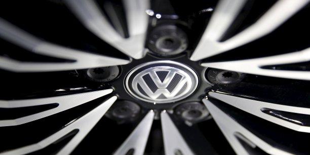 Volkswagen a dit qu'il retiendrait une petite part des bonus 2015 mais les verserait à une date ultérieure si certains critères de performance étaient remplis.