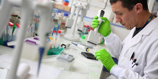Un chercheur dans un laboratoire.