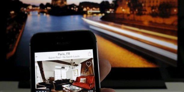 Uber et Airbnb sont parfois interdits ou très encadrés dans certaines villes où ils sont accusés de concurrence déloyale par les compagnies de taxis et les hôtels.