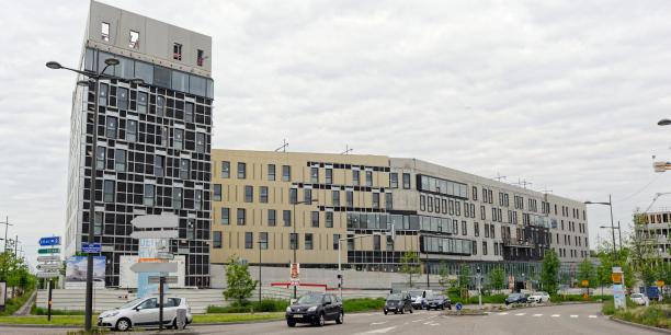 Avec 373 lits, 300 médecins libéraux en secteur 1 (conventionnés) et secteur 2 (conventionnés à honoraires libres) et un plateau technique de 30 salles, Rhéna offrira des capacités identiques aux trois sites existants, qui fermeront en février 2017.