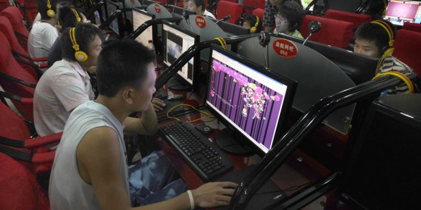 Un café Internet en Chine. Les opérateurs du pays accélèrent dans le déploiement de la fibre optique, qui compte 81 millions d'abonnés.
