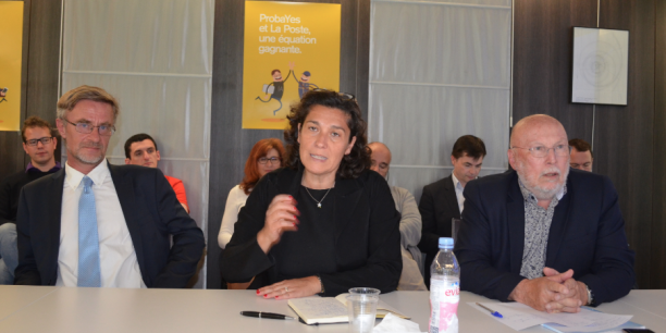 Nathalie Collin (au centre), aux côtés du directeur général de ProbaYes (à gauche) et de Jean-Pierre Verjus, président du conseil de surveillance de Digital Grenoble (à droite).