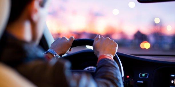 Le géant du VTC va cibler les chauffeurs connectés au moins 40 heures par semaine, et qui gagnent moins de 21 euros bruts (leur chiffre d'affaires) par heure, pour identifier ceux qui ont des difficultés, notamment à faire face à leurs charges.