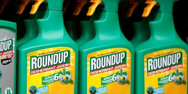 Le glyphosate est l'herbicide le plus utilisé dans les champs européens, notamment sous la marque Roundup de Monsanto, mais ses effets sur la santé font l'objet d'une controverse au nom du principe de précaution.