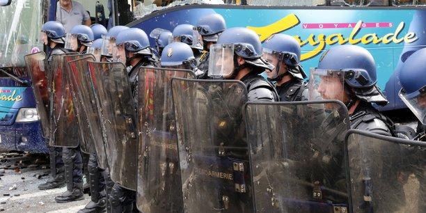 Peu après le départ de la manifestation, plusieurs centaines de personnes encagoulées ont pris à partie les forces de l'ordre avec des jets de projectiles.