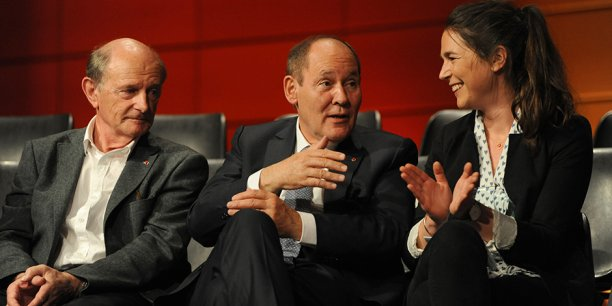 René Ricol (au centre) échange avec Léna Geitner, lauréate du Prix révolutionner, sous l'oeil attentif de Jean-Louis Etienne (à gauche), grand témoin de la cérémonie.