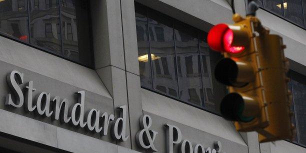 Dès vendredi, Moody's avait abaissé sa perspective sur la dette britannique, passée à négative, prélude là aussi à un possible abaissement.