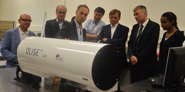 Légende : Eric Fargier, responsable du site nîmois du LNE notamment entouré du PDG Eric Nascimben (à gauche, veste bleur) et Yvan Lachaud, président de Nîmes Métropole (3e en partant de la droite)