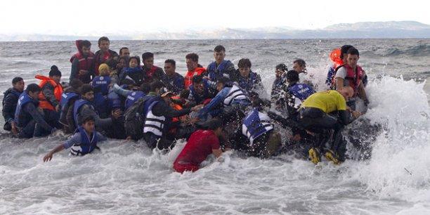 Un canot surpeuplé de migrants venant de Turquie accoste l'île grecque de Lesbos, en octobre 2015.