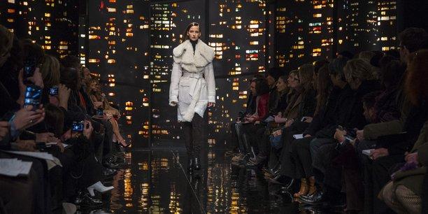 Une mannequin présente une création de la collection automne/hiver de Donna Karan à la fashion week de New York, en février 2015.