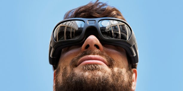 Dans le détail, ce système oculaire, doté de 150 électrodes, stimule artificiellement la rétine déficiente et lui redonne une vision des formes et des mouvements pour aider des personnes à recouvrer la vue.